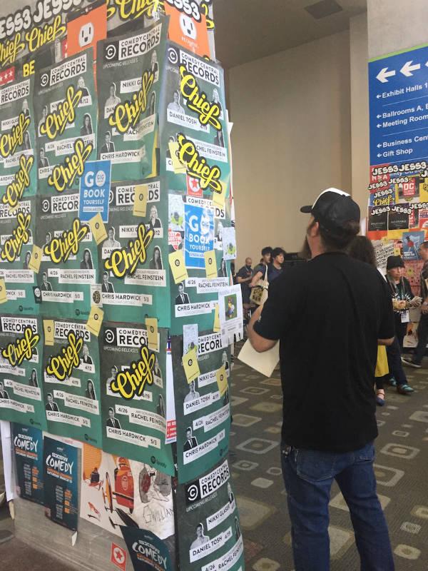 행사를 알리는 포스터들. 끝이 없다.