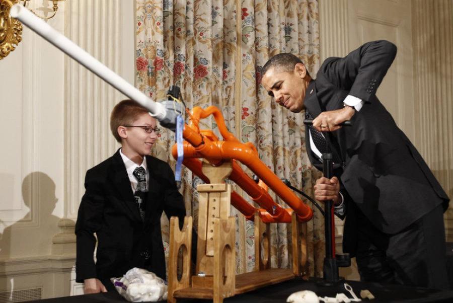 백악관에서 열린 첫 메이커 페어(Maker Faire)에서 오바마 대통령이 왼쪽의 어린이가 만든 마시멜로 대포를 쏘며 개회를 알리고 있다. ⓒThe White House
