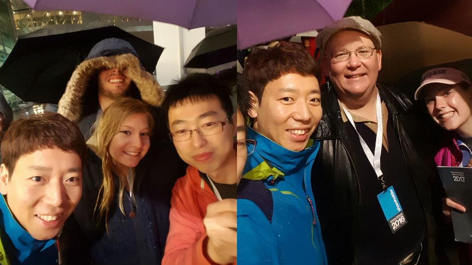 (왼쪽) 우산도 없이 남자친구의 품에서 입장을 기다리는 커플과 함께. (오른쪽) 20년 전부터 주식을 보유했다는 주주가족과 함께.