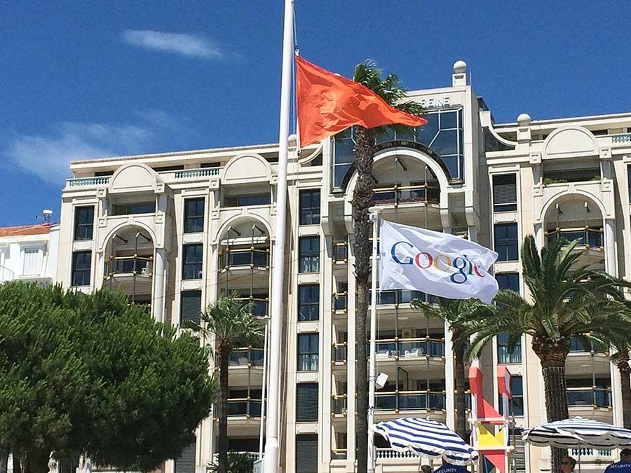 2015 Cannes Lions 행사 현장에 걸린 구글 깃발