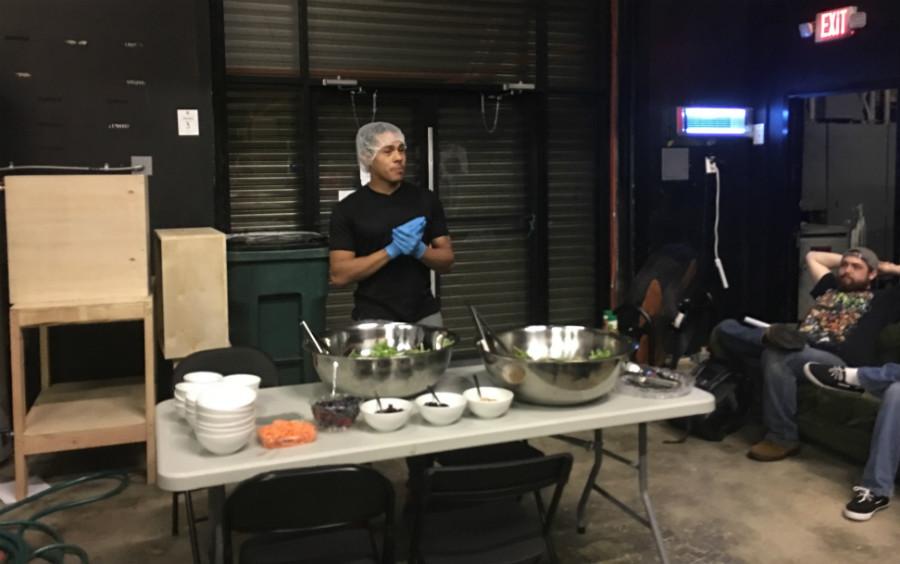 필자가 방문한 날 샐러드 만들기 당번이었던 Edison이 자신의 레시피를 설명하고 있다 ⓒ정수진